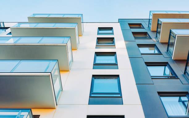 fassade des neuen modernen wohnhauses kopierraum - fensterfront stock-fotos und bilder