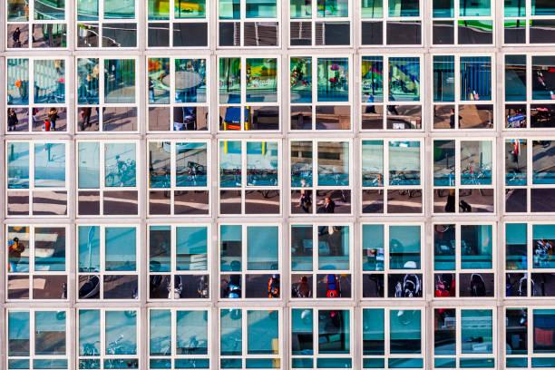 Fassade des Bürogebäudes mit Reflexion des Straßenlebens – Foto