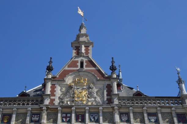 gevel van het centraal station van Amsterdam met een gouden kroon en twee leeuwen foto