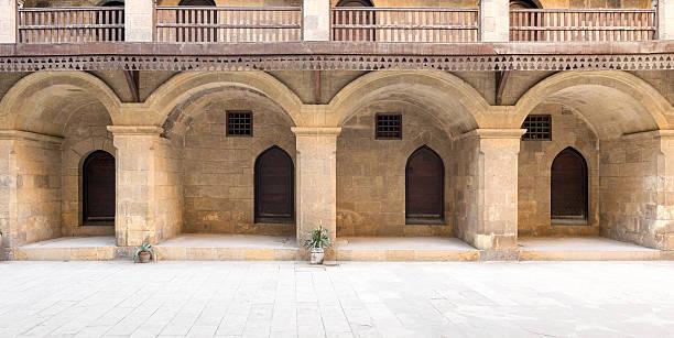 facade of the ground floor of caravansary (wikala) of bazaraa - karavanserai stockfoto's en -beelden