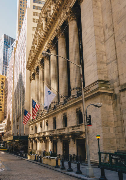 facade of the new york stock exchange on wall street. is the largest exchange market in the world by market capitalization. - nyse crash imagens e fotografias de stock