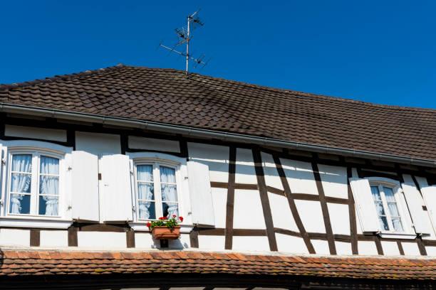fasad av vita halva timrade hus i hunspach, frankrike - hunspach bildbanksfoton och bilder