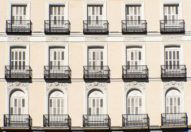 Fassade mit Balkonen in Madrid – Foto