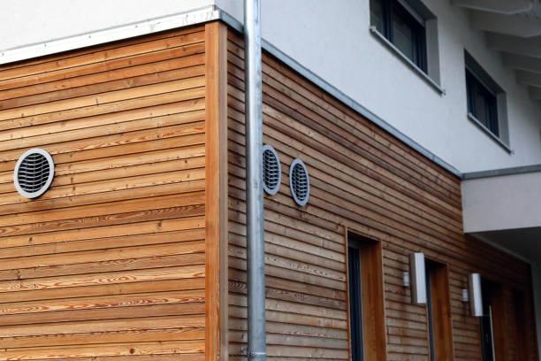 Fassade mit Holzplatten – Foto