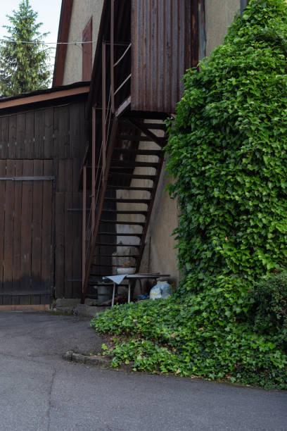 fassaden und details von einem vintage hinterhof - garagen pergola stock-fotos und bilder