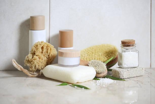 Crema facial, suero, loción, crema hidratante y sal marina - foto de stock