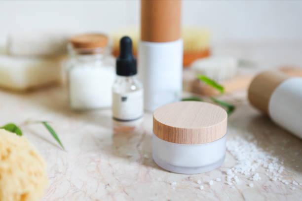 Crema facial, suero, loción, humectante y sal marina - foto de stock