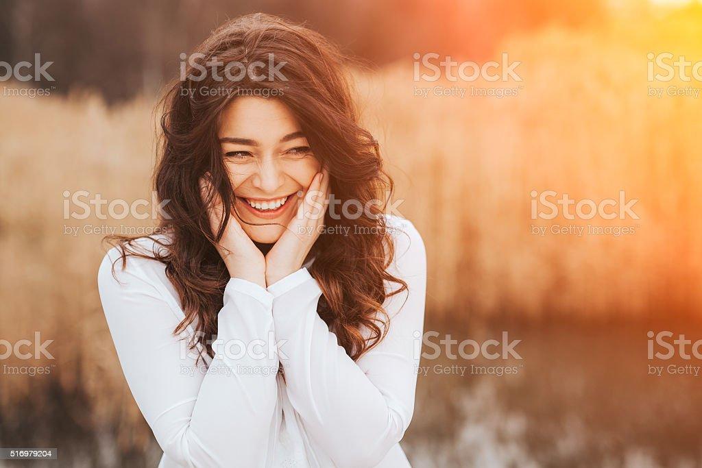 Mulher rosto rindo ao ar livre - foto de acervo