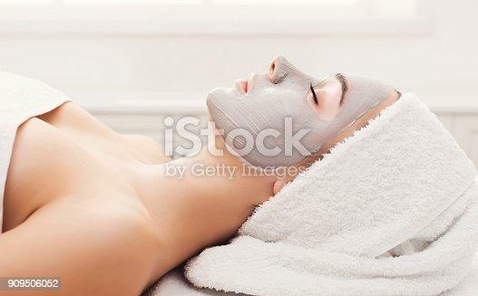 istock Face mask, spa beauty treatment, skincare 909506052