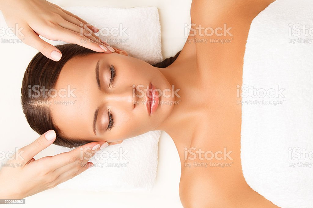 Gesichtsmassage. Nahaufnahme einer jungen Frau, die immer Spa Behandlung. – Foto