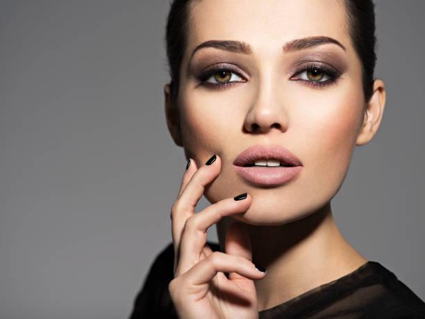 Gesicht eines schönen Mädchens mit Fashion make-up und schwarze Nägel – Foto