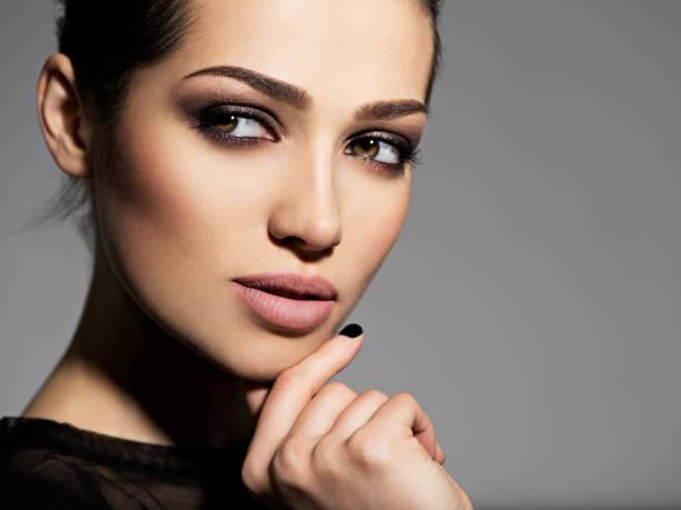 Gesicht eines schönen Mädchens mit rauchigen Augen Make-up – Foto