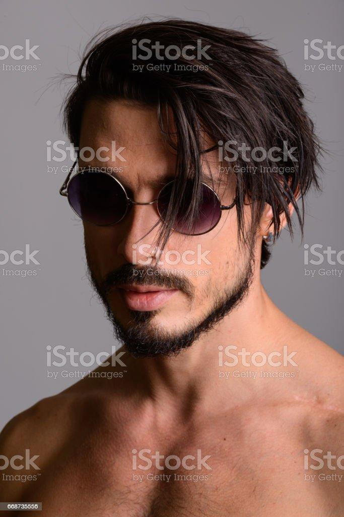 Hombre Con Mira Abajo Sol Hacia Rostro Guapo Gafas De Mientras QWCBodrxe