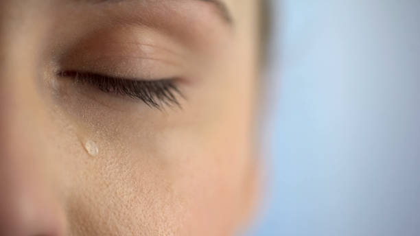 gesicht der unglückliche weinen, nahaufnahme auge mit tränen, leben probleme angst - träne stock-fotos und bilder