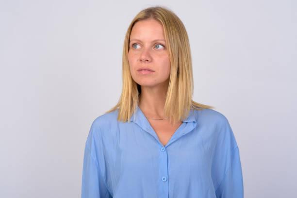 gesicht der jungen schönen frau mit blonden haaren denken - blusenkleid stock-fotos und bilder
