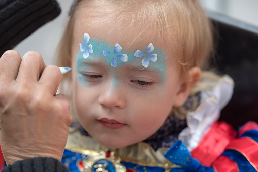 istock Face painting child 959089488