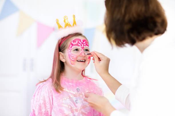 kinderschminken für kleine mädchen-geburtstags-party - cartoon kostüme stock-fotos und bilder