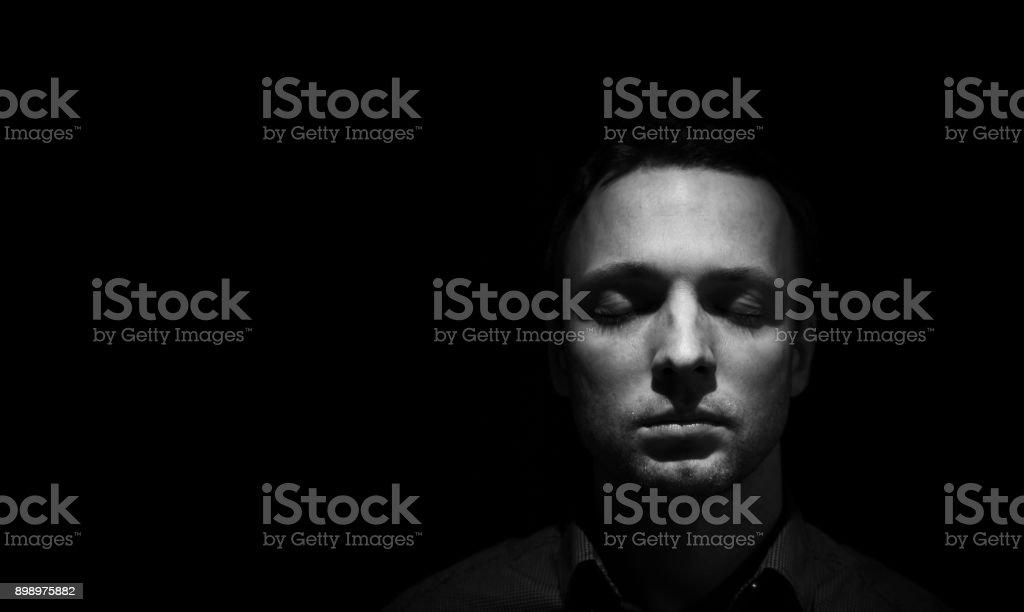 Gesicht-Porträt des Mannes mit geschlossenen Augen – Foto