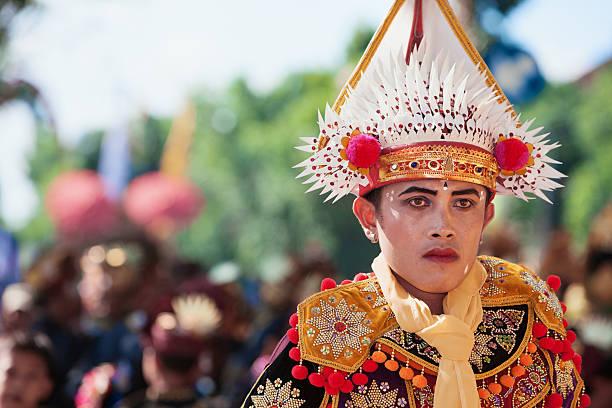 gesicht porträt von jungen balinesische tänzer in kostümen ritual - theater der jungen welt stock-fotos und bilder