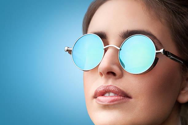 gesicht porträt von junge schöne frau in runde sonnenbrille - haarschnitt rundes gesicht stock-fotos und bilder
