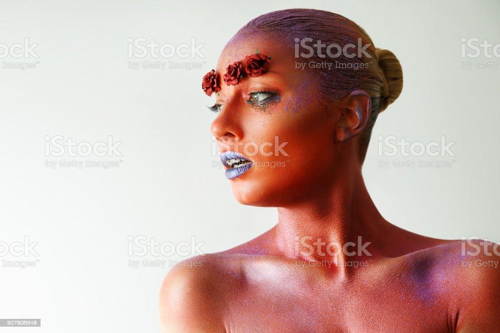 Perfil de rosto com arte corporal. Rosas vermelhas. Pinturas no rosto - foto de acervo