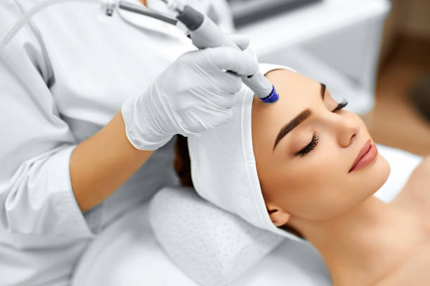 Face Skin Care. Facial Hydro Microdermabrasion Peeling Treatment Face Skin Care. Close-up Of Woman Getting Facial Hydro Microdermabrasion Peeling Treatment At Cosmetic Beauty Spa Clinic. Hydra Vacuum Cleaner. Exfoliation, Rejuvenation And Hydratation. Cosmetology. peel plant part stock pictures, royalty-free photos & images