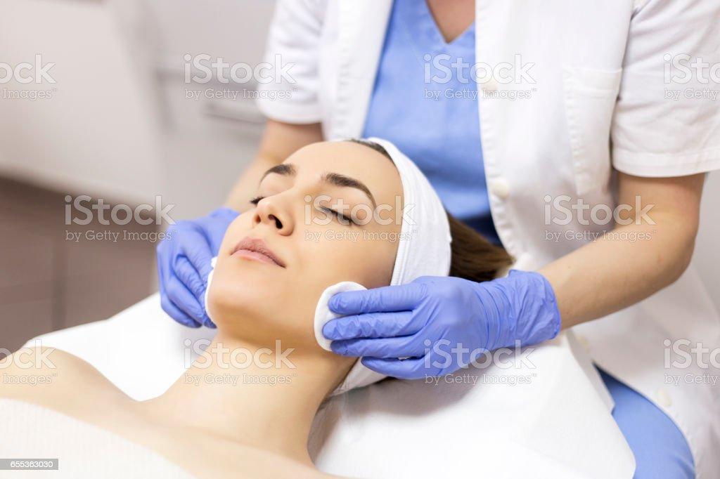 顔肌マッサージ洗浄 ロイヤリティフリーストックフォト