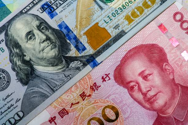 face to face of us dollar banknote and china yuan banknote for 2 biggest economic in the world which now united states of america and china have war trade. - cultura cinese foto e immagini stock