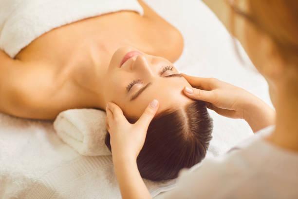 Gesicht Frau Massage hautnah in einer Schönheitsklinik. – Foto