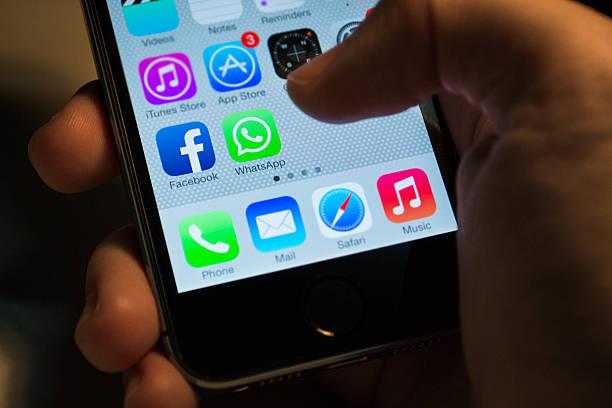 facebook e whatsapp applicazioni - big tech foto e immagini stock