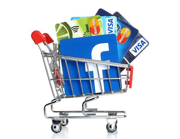 Facebook logo in Einkaufswagen mit Kreditkarten von Visa und MasterCard – Foto