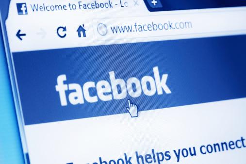Facebook Pagina Web Al Browser Principale - Fotografie stock e altre immagini di Blu