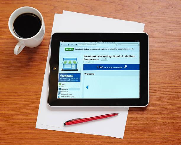 facebook marketing-seite auf dem ipad - www kaffee oder tee stock-fotos und bilder