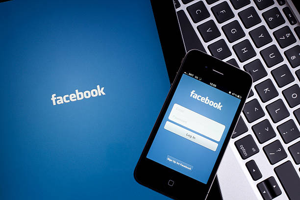 facebook auf tablet pc - editorial stock-fotos und bilder