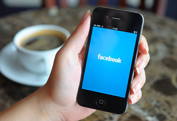 facebook für iphone - www kaffee oder tee stock-fotos und bilder
