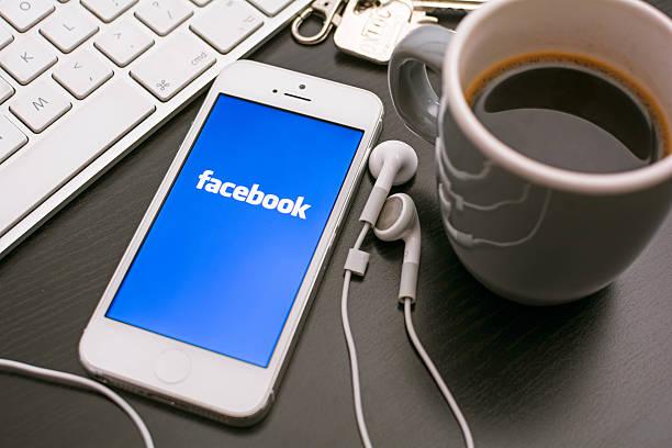 Facebook auf dem smartphone – Foto