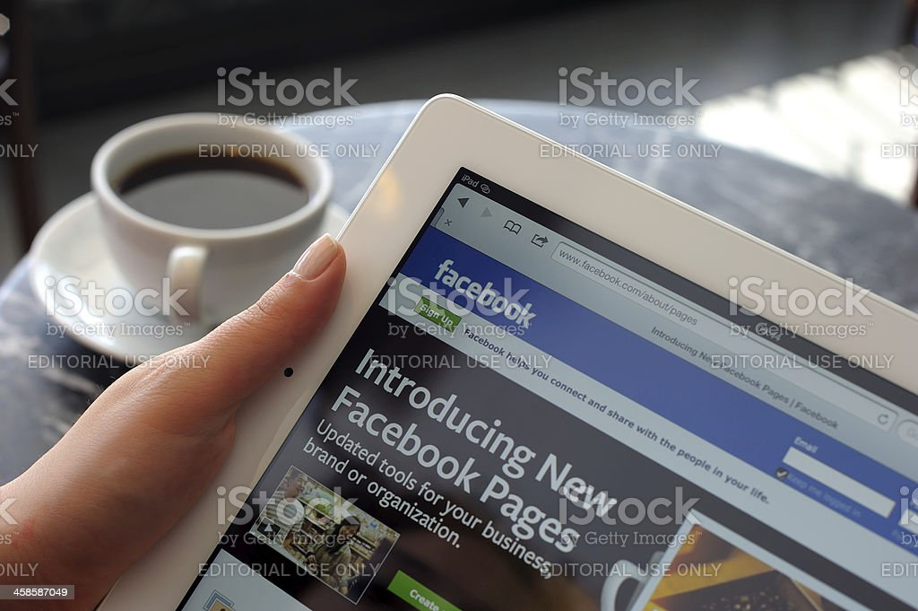 Pages Facebook sur iPad 3 - Photo de Adulte libre de droits