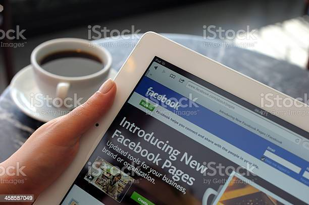 Photo libre de droit de Pages Facebook Sur Ipad 3 banque d'images et plus d'images libres de droit de Adulte