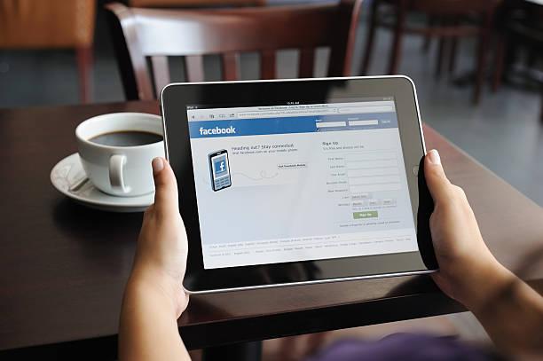 facebook-seite auf ipad von apple digital tablet - www kaffee oder tee stock-fotos und bilder