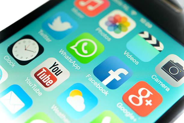 facebook whatsapp - videos für whatsapp stock-fotos und bilder
