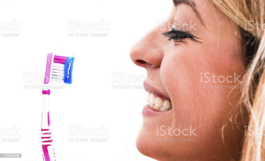Face-off zwischen einer Zahnbürste und Lächeln – Foto