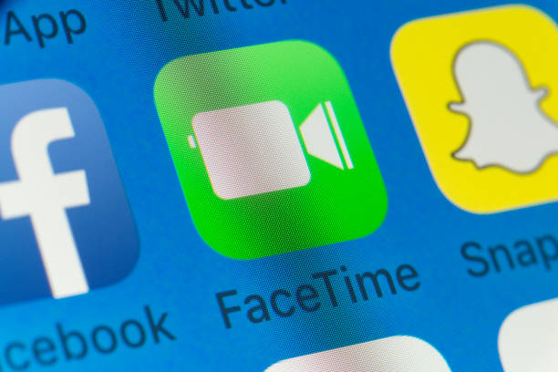 facetime, facebook, snapchat et autres applications de téléphone portable sur l'écran de l'iphone - facetime photos et images de collection