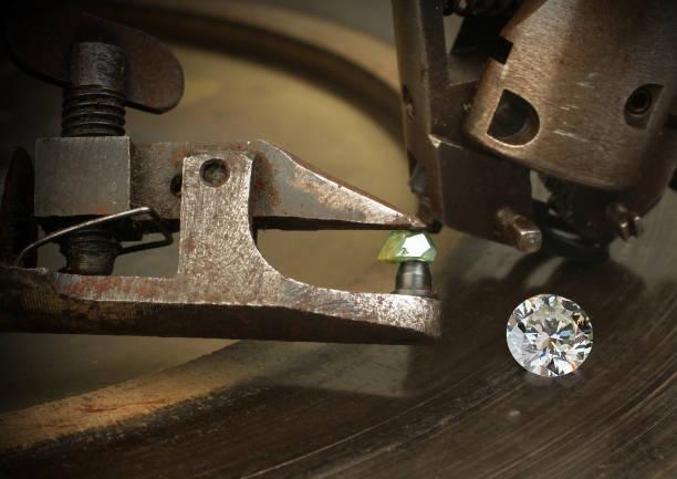 facettierung diamant, großes juwel mit schmuck schneidausrüstung. - europäisch geschliffene diamanten stock-fotos und bilder