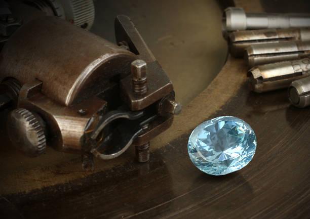 facettierung gemston, großen diamanten schmuck ausrüstung. schmuckherstellung. - europäisch geschliffene diamanten stock-fotos und bilder