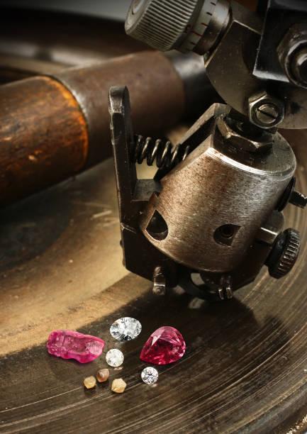 facettierung gemston, großen diamanten schmuck ausrüstung auf hintergrund. - europäisch geschliffene diamanten stock-fotos und bilder