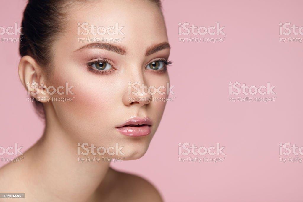 Gesichtspflege Make-up. Frau mit frischem Gesicht auf rosa Hintergrund - Lizenzfrei Eine Frau allein Stock-Foto