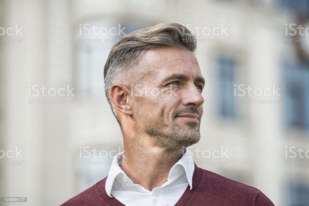 Ältere männer grauen frisuren für haaren mit Blickfang Bob