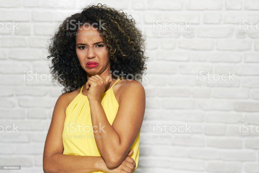 Mimik der junge schwarze Frau auf Ziegelmauer – Foto
