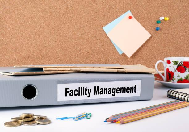 facility-management. ordner auf schreibtisch - bindewörter stock-fotos und bilder