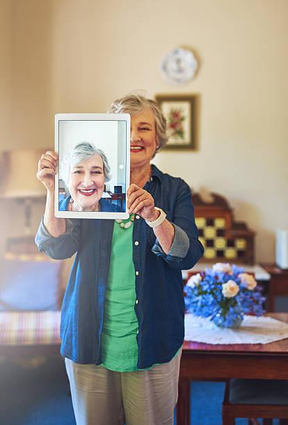 ruhestand mit blick auf eine angenehme und positive einstellung - tablet mit displayinhalt stock-fotos und bilder